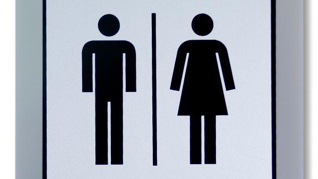Telecamera nei bagni femminili di un pub di taranto: denunciato il