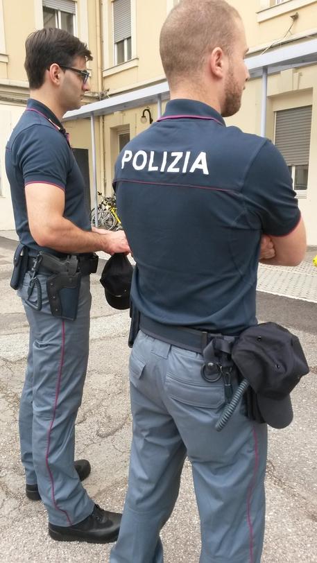 Polizia va con la moda,arriva la polo al posto della camicia