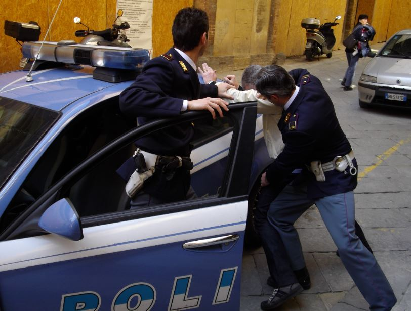 Rapine: irruzione con martello in farmacia, arrestato tarantino