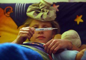 Un bambino a letto con l'influenza. FRANCO SILVI - ANSA - I52
