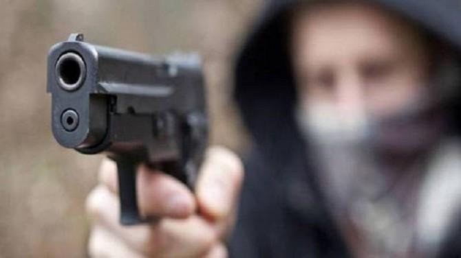 Napoli, donna ferita con colpi pistola: aveva nipote in braccio