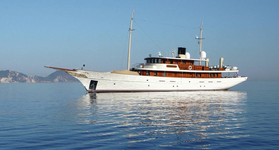 taranto attracca al molo sant 39 eligio il mega yacht di