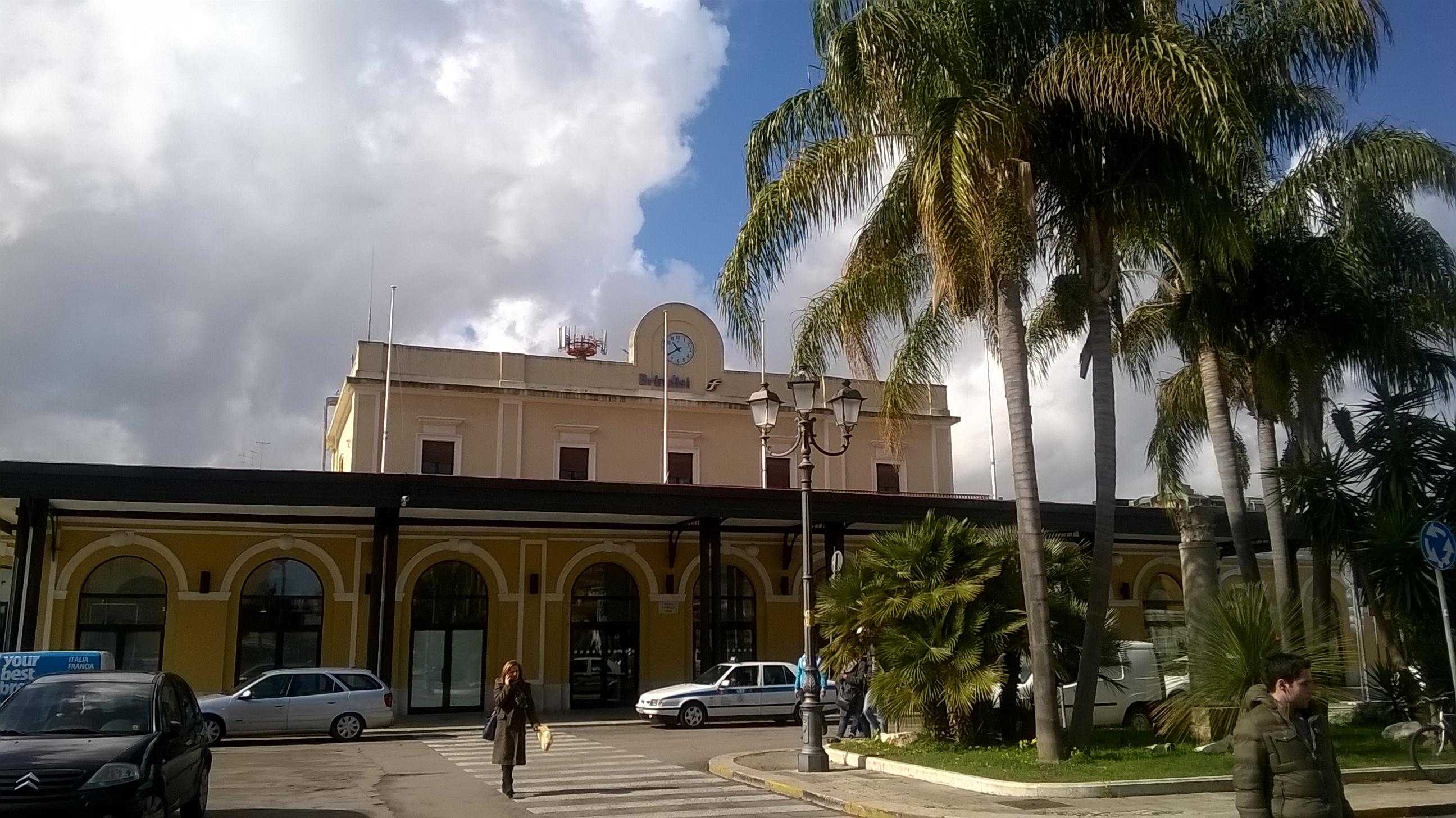 Brindisi, ragazzo violentato in stazione: mente aspetta il treno, due arresti