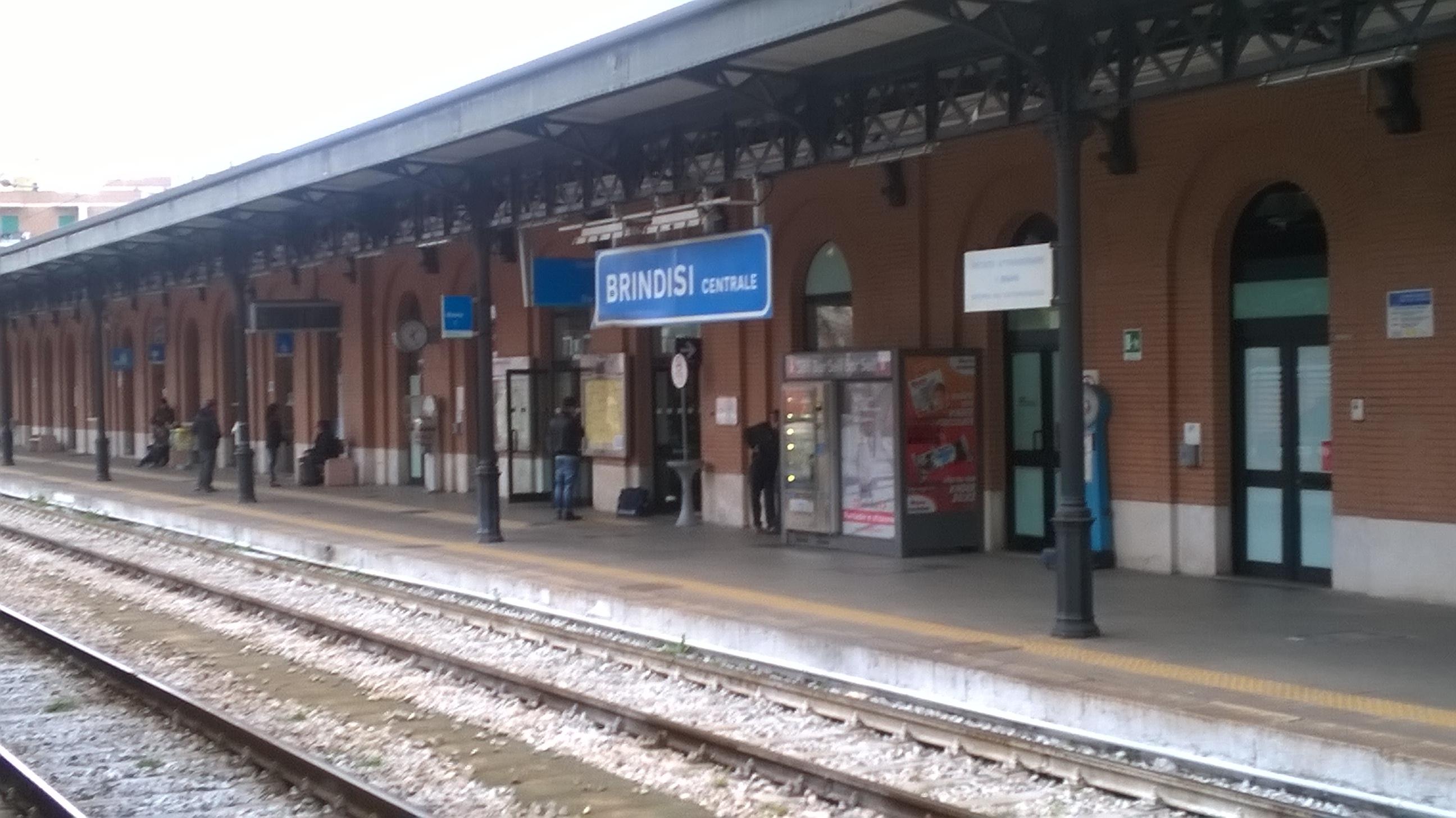 Tenta di salire sul treno in movimento: tranciati braccio e gamba