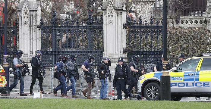 ULTIM'ORA - Attentato al Parlamento di Londra. Un morto e 12 feriti