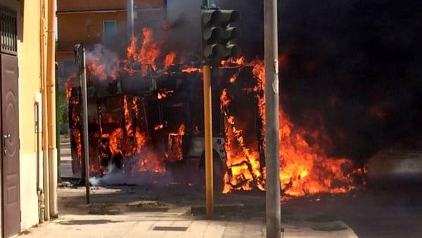 Bari, paura in via Bruno Buozzi: a fuoco autobus Amtab. Nessun ferito