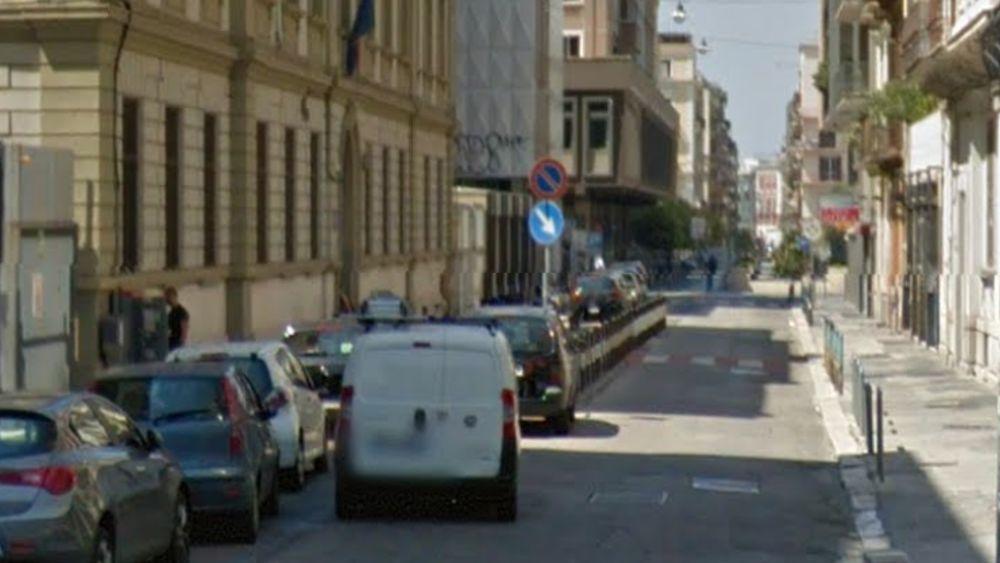 Bari, vigile urbano schiaffeggiato da un poliziotto all'uscita della scuola elementare Mazzini