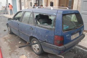 Auto trafitta da un infisso a causa dello scoppio