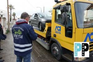 L'auto rimorchiata dal carro attrezzi (foto Francesco Manfuso)