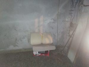La camera da letto all'interno dell'androne di un palazzo semi abbandonato
