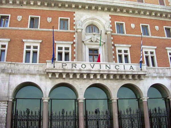 Bari truffa ai danni della provincia indagata l 39 ex for Arredamenti bari e provincia