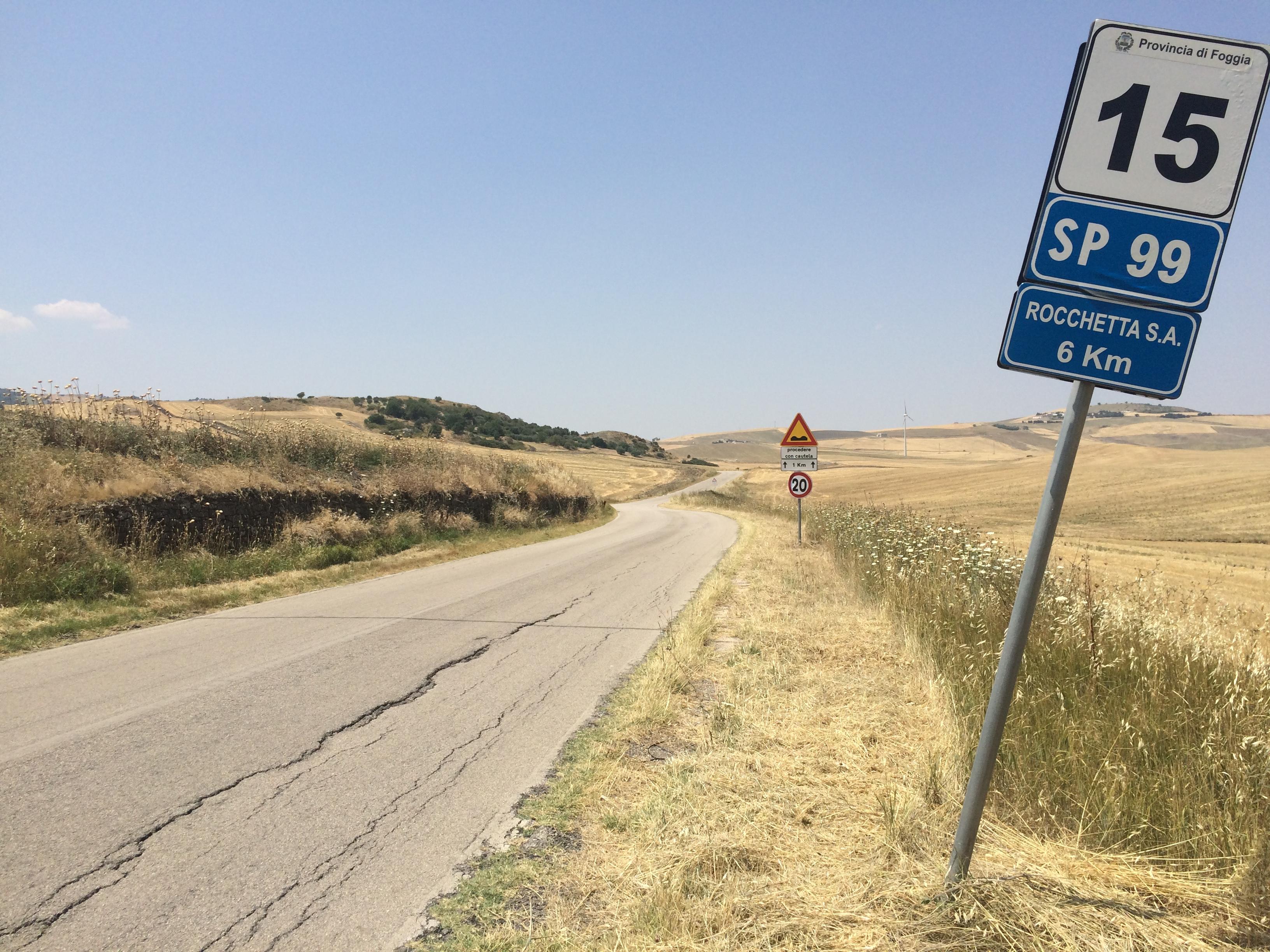 Una foto che testimonia il pietoso manto stradale della S.P.99 che congiunge Rocchetta Sant'Antonio a Candela.